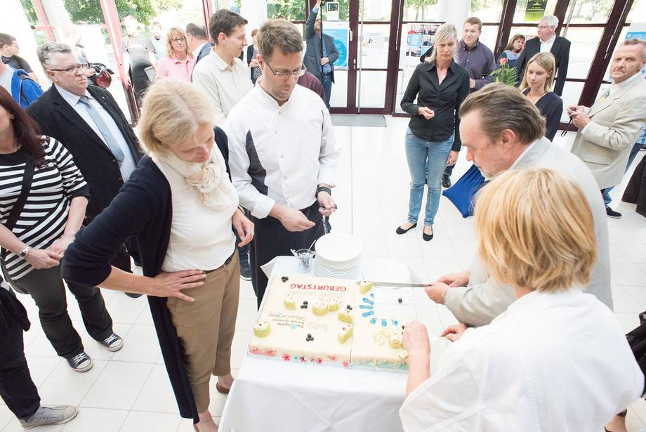 Vice President Prof. Salchert and Prof. Hipp cut the cake for the BTU's 3rd birthday together with former chancellor Wolfgang Schröder