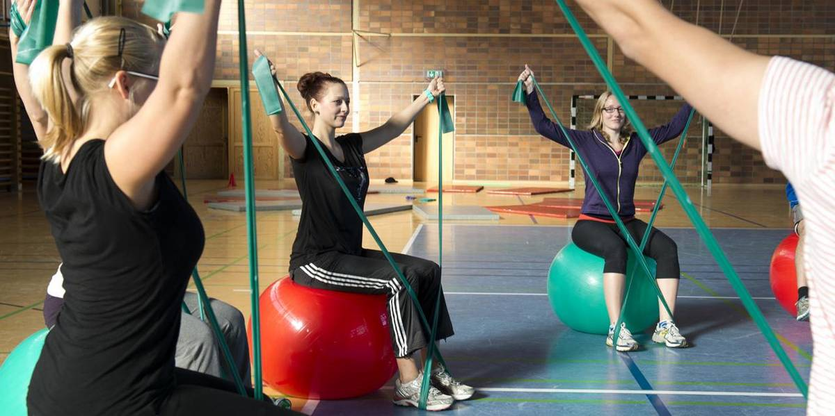 Students in the study programme Therapy Sciences during gymnastics exercises in the gymnasium
